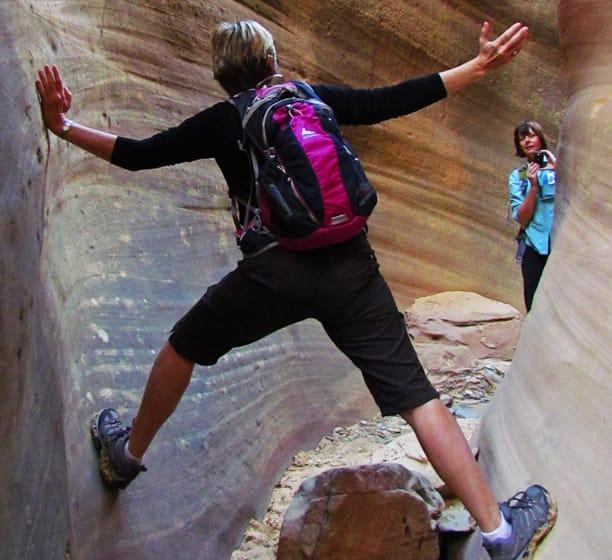 Женщины фотографируют слот-каньон